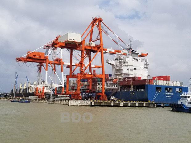Bốc xếp hàng hóa tại Cảng Quy Nhơn.
